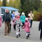В.Селиверстов проводит детям экскурсию на площадке фестиваля