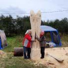 """Минсалим и Агнешка Подчарска (Дания) возле ее скульптуры """"Муксун и Нельма"""""""