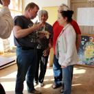 Сергей Лугинин дарит Музею истории кости одну из своих скульптур