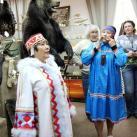Маргарита Ниязова и ее коллега исполняют ямальскую песню
