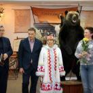 Александр Новопашин читает свои стихи, посвященные работам из экспозиции выставк