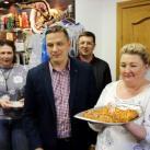 Светлана выносит пирог посвященный годовщине галереи Легенды Сибири