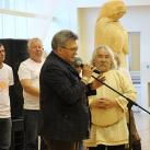 Минсалим вручает в подарок  А.Омельчуку внелонкурсную работу «Золотая Баба»