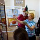 Татьяна рассказывает о своих работах посетителям музея